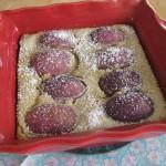 Clafoutis mit Weinbergpfirsichen in einer roten Auflaufschale
