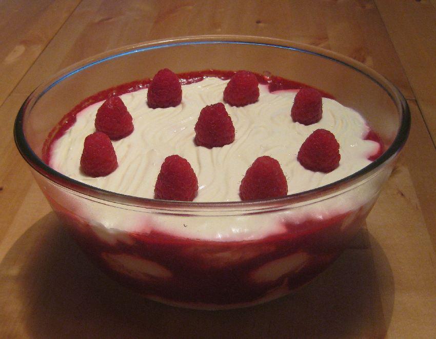 Himbeer-Joghurt-Crème in einer Glasschale geschichtet