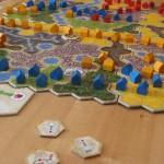 Detail des Spielplans von Kingdom Builder mit einem Aktionsplättchen