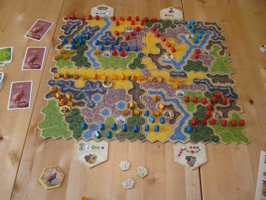 Spielplan von Kingdom Builder Grundspiel mit einigen bereits gesetzten Siedlungen