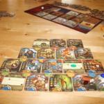 Zwei Pyramiden und die Spielermatte mit den Karten für die Auktion von Viceroy auf einem Tisch