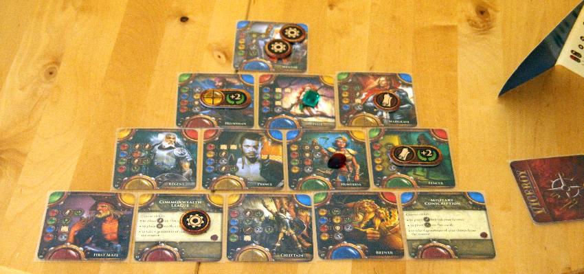 """Pyramide aus Karten in vier Ebenen beim Spiel """"Viceroy"""""""