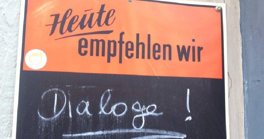 Schild vor einem Café in Köln: Heute empfehlen wir Dialoge!