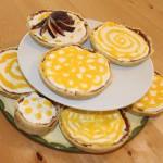 Tortenplatte mit mehreren Mangot-Tartletts