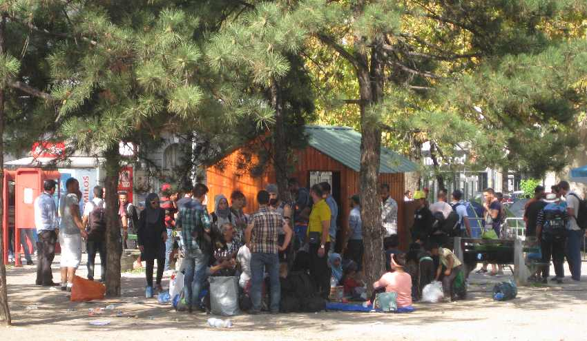 Flüchtlinge haben sich um den Infokiosk im Park nahe dem Belgrader Bahnhof versammelt