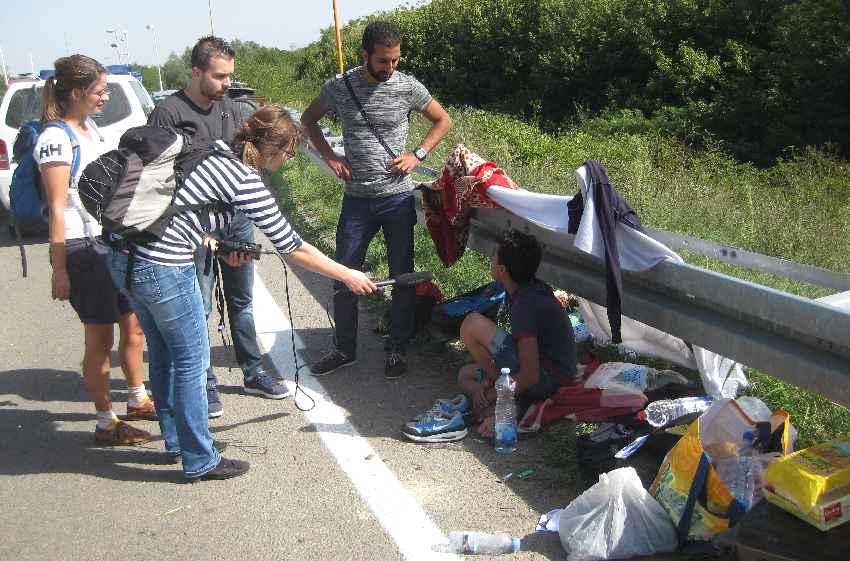 Journalisten befragen einen syrischen Flüchtling an der Grenze zu Kroatien