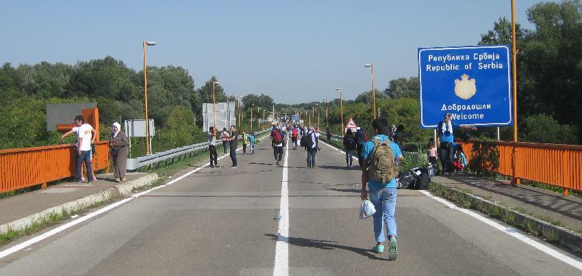 Menschen gehen über die Brücke über die Donau zurück nach Serbien