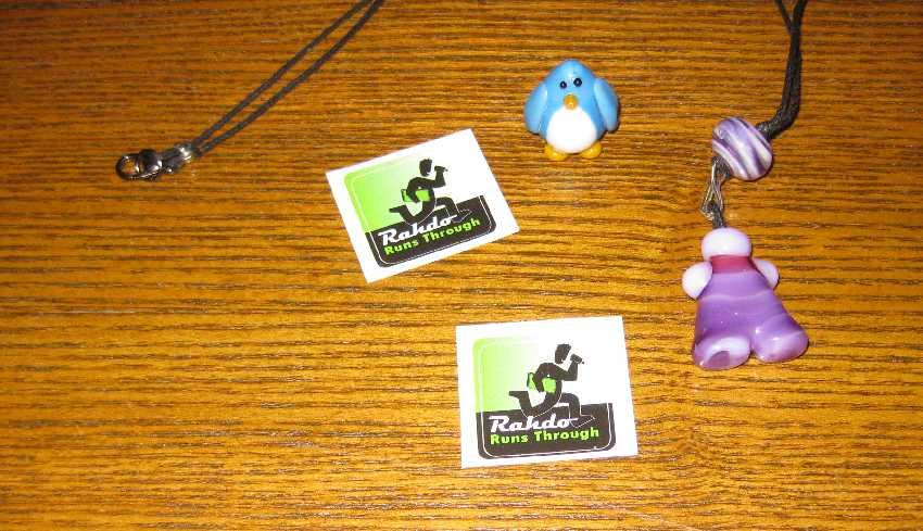 Glas-Meeple, Glas-Pinguin und Aufkleber von Rahdo - alles designt von Jenefer Ham