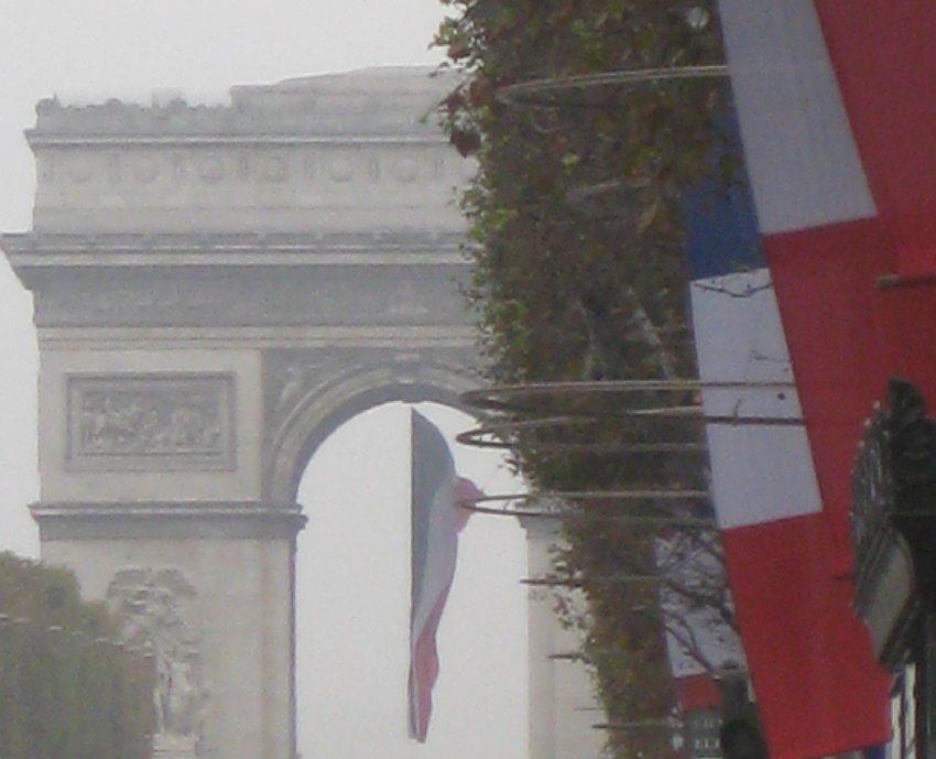 Arc de triomphe in Paris am 11.11.2011, mit Tricolore zu Ehren des Nationalfeiertags (Ende des 1. Weltkriegs)