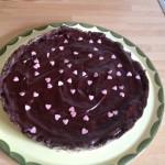 Die fertige Schoko-Kastanien-Tarte auf einer Tortenplatte