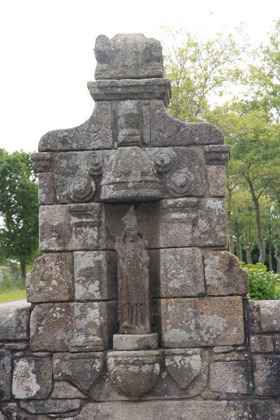 Brunnen mit Heiligenfigur in Plouvien