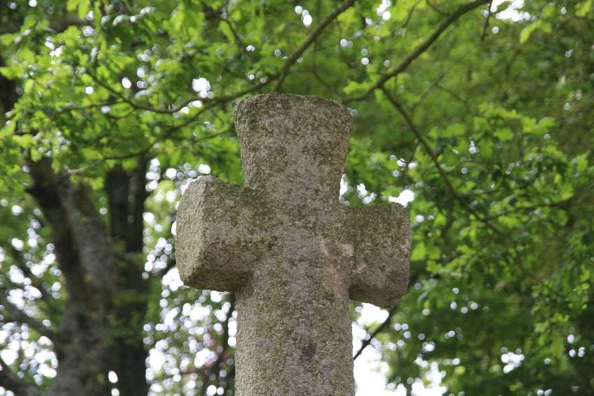 Park von Saint Jaoua in Plouvien mit Granitkreuz