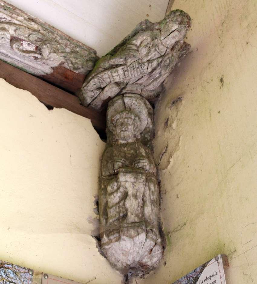 Geschnitzte Figur am Eingangsportal von Saint Jaoua in Plouvien