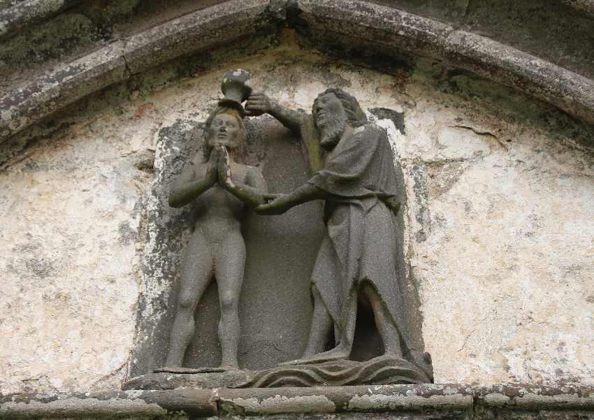 Reliefstatue von Johannes dem Täufer in Plouvien