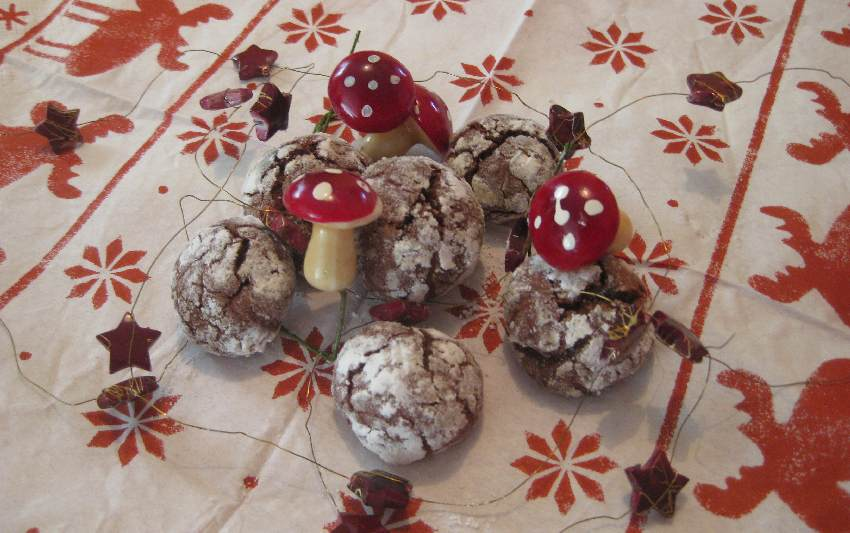 Schoko-Crincle-Plaetzchen mit Adventsdekoration