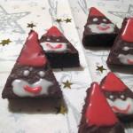 Weihnachtsmann-Plätzchen aus Brownies