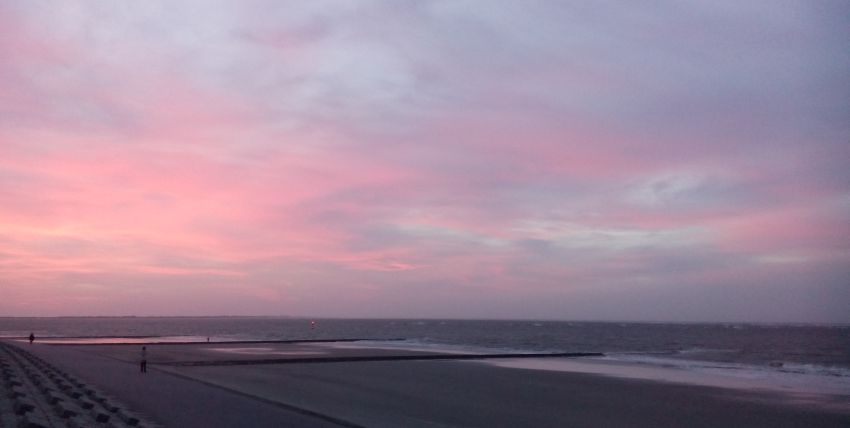 Rosaroter Abendhimmel am Strand von Norderney