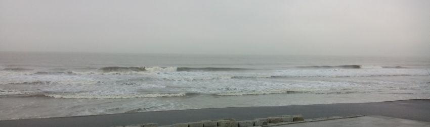 Wellen vor grauem Himmel in Norderney