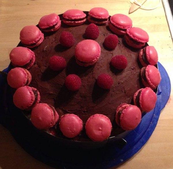 Himbeer-Schoko-Macarons-Torte von oben