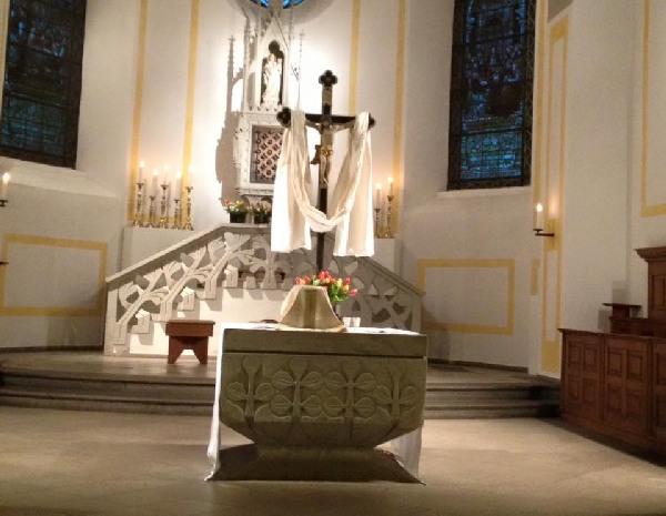 Kreuz mit weißem Tuch und Blumenschmuck in der Osternacht in Sechtem