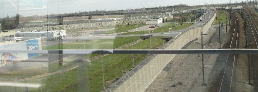 Meterhohe Grenzzäune bei Calais in Nordfrankreich