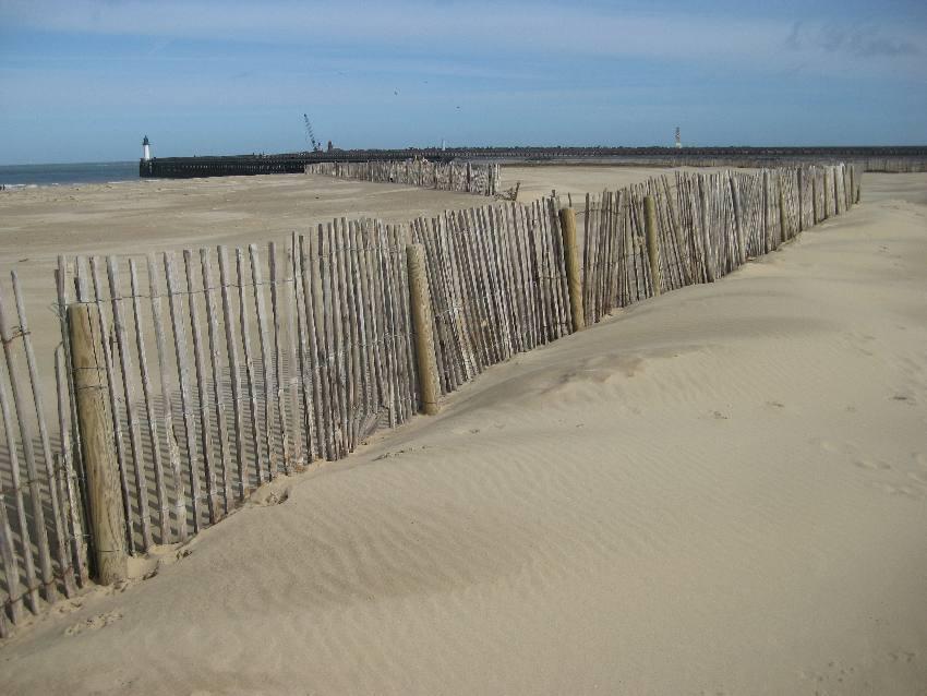 Detail eines Holzzauns am Strand von Calais