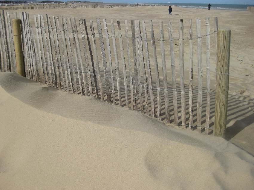 Holzzaun in der Sonne am Strand vor Calais