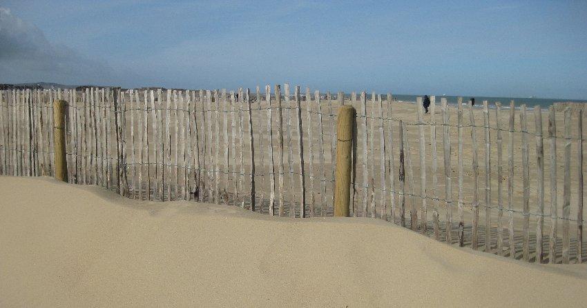 Holzzaun am Strand von Calais