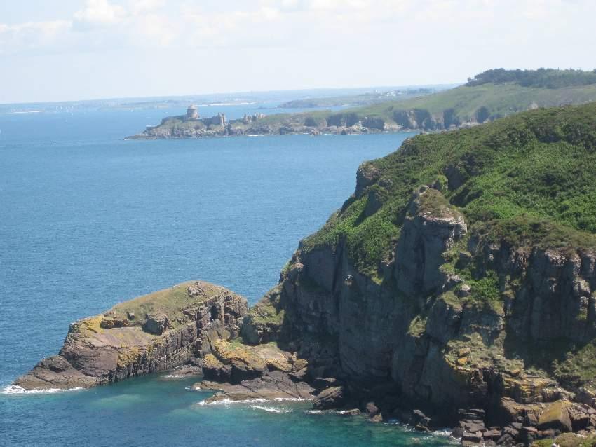 Blick vom Cap Fréhel auf das Fort la Latte im Hintergrund