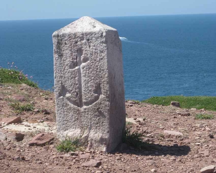 Markierungsstein mit eingraviertem Anker am Cap Fréhel