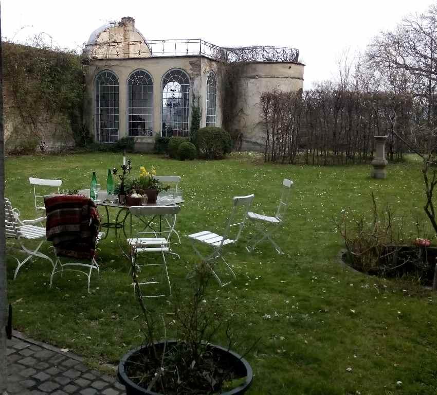 Tisch mit Getränken und Waffeln in einem Garten in Lüttich