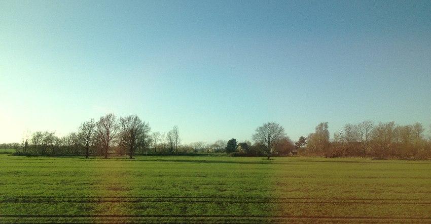 Felder aus dem Zug fotografiert
