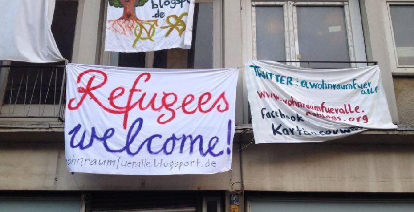 Besetztes Haus in Köln mit Bettlaken mit der Aufschrift Refugees welcome