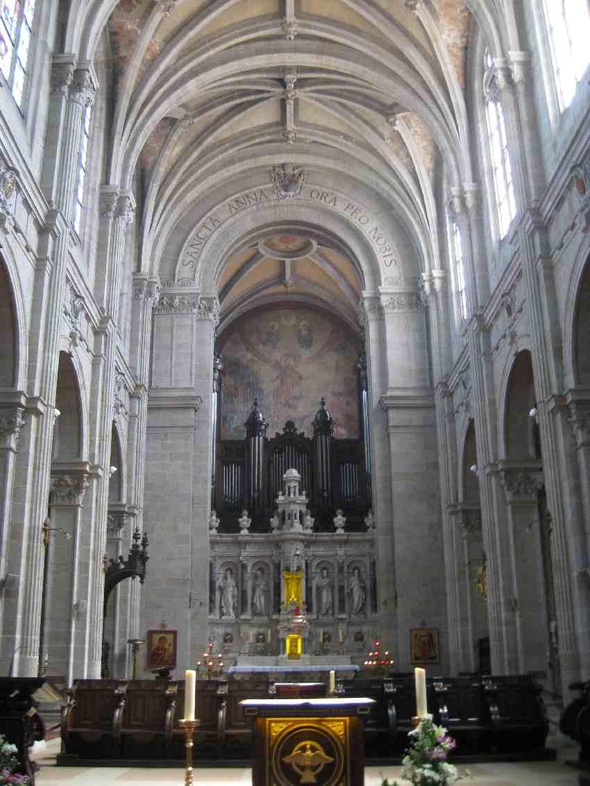 Seitenschiff der gothischen Kirche in Sainte-Anne-d'Auray mit Annenaltar