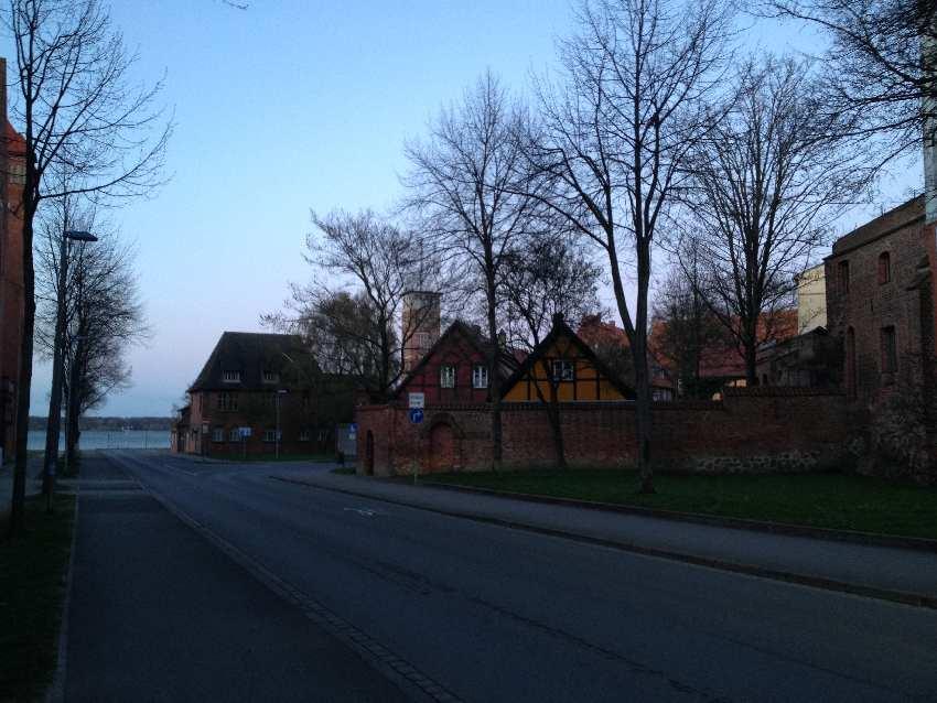 Blick auf die Stadtmauer von Stralsund und den Strelasund