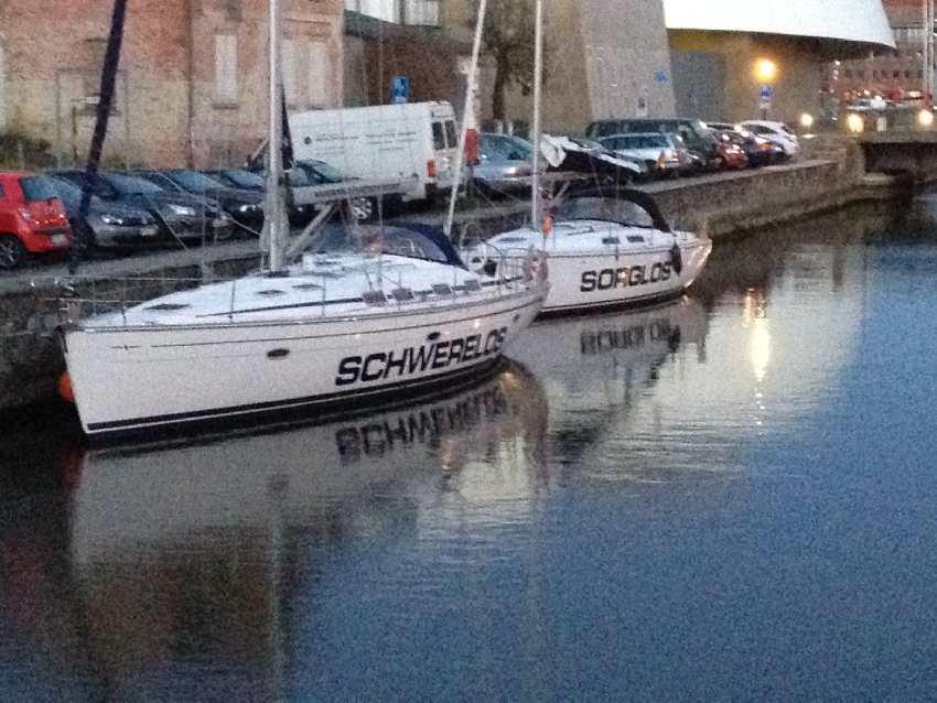 Zwei Segelboote mit den Namen Schwerelos und sorglos am Hafen von Stralsund