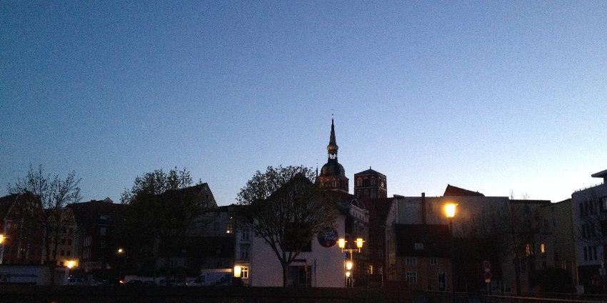 Stadtsilhouette von Stralsund im Abendlicht
