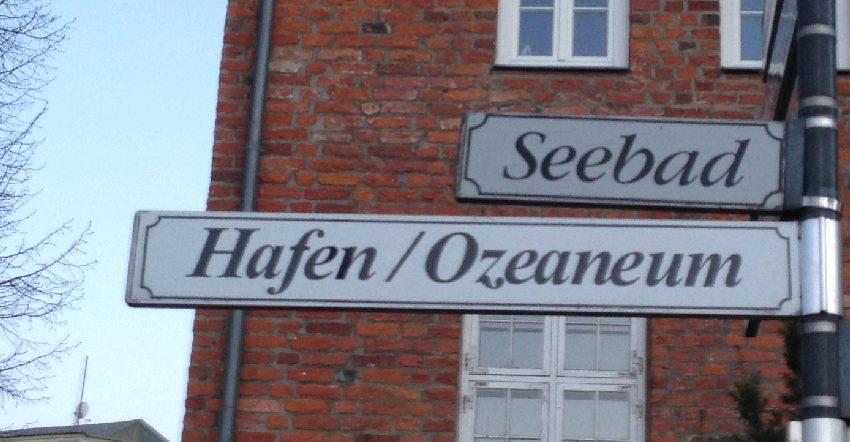 Straßenschilder in Stralsund mit der Aufschrift: Seebad, Hafen, Ozeaneum