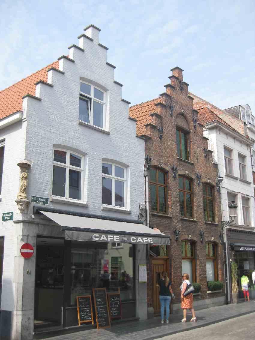 ein weißes und ein backsteinfarbenes Haus in Brügge