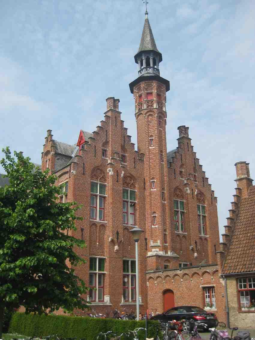 prachtvolles altes Backsteingebäude mit schmalem Turm in Brügge