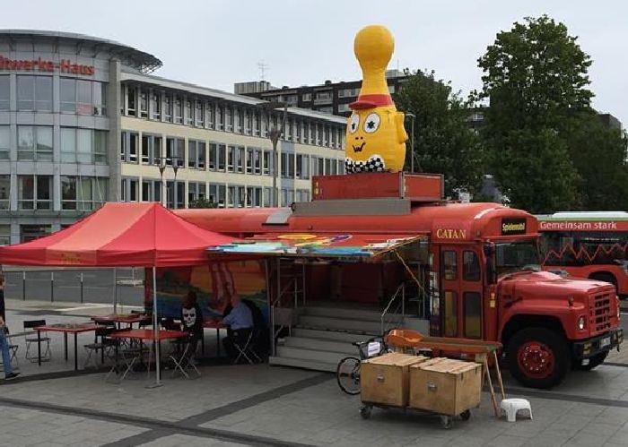 Spielemobil mit übergroßem gelben Pöppel am Eingang des Herner Spielewahnsinn