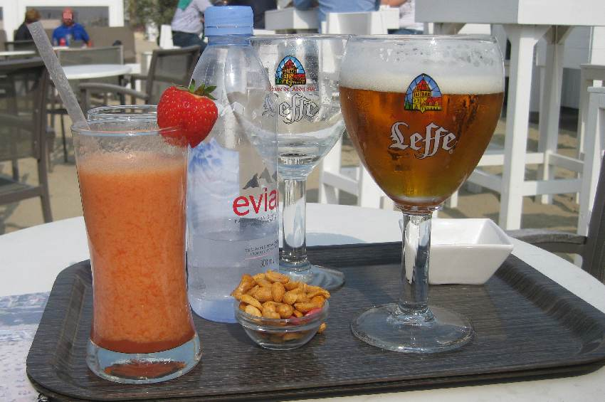 Bier und ein Erdbeersmoothie in einer Strandbar