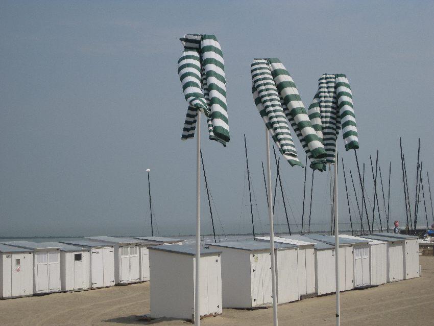 grün-weiß-gestreifte Windsäcke im flämischen Knokke-Heist