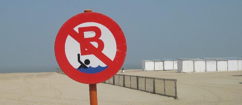 Baden Verboten-Hinweisschild am Strand von Knokke-Heist in Belgien