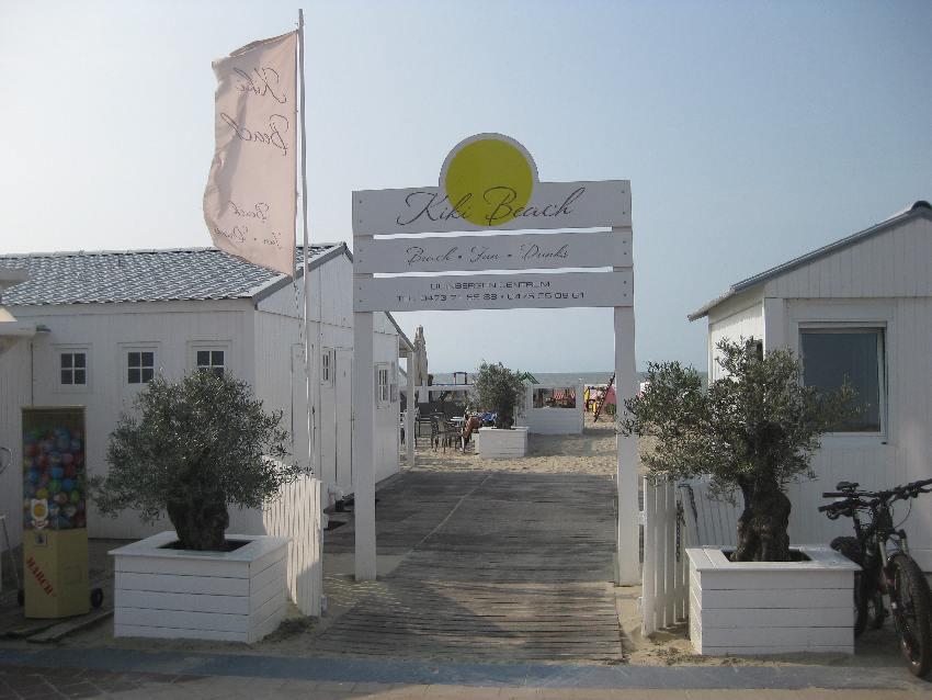 Eingang zu einer Strandbar in Knokke-Heist