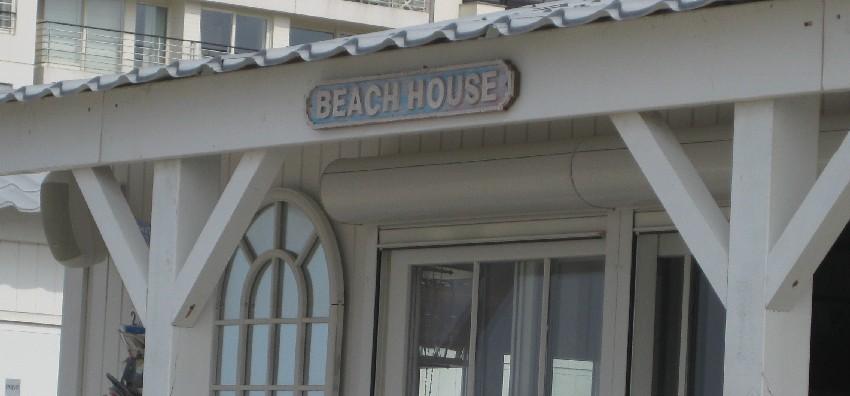 """Strandclub mit der Aufschrift """"Beachhouse"""" in Knokke-Heist"""
