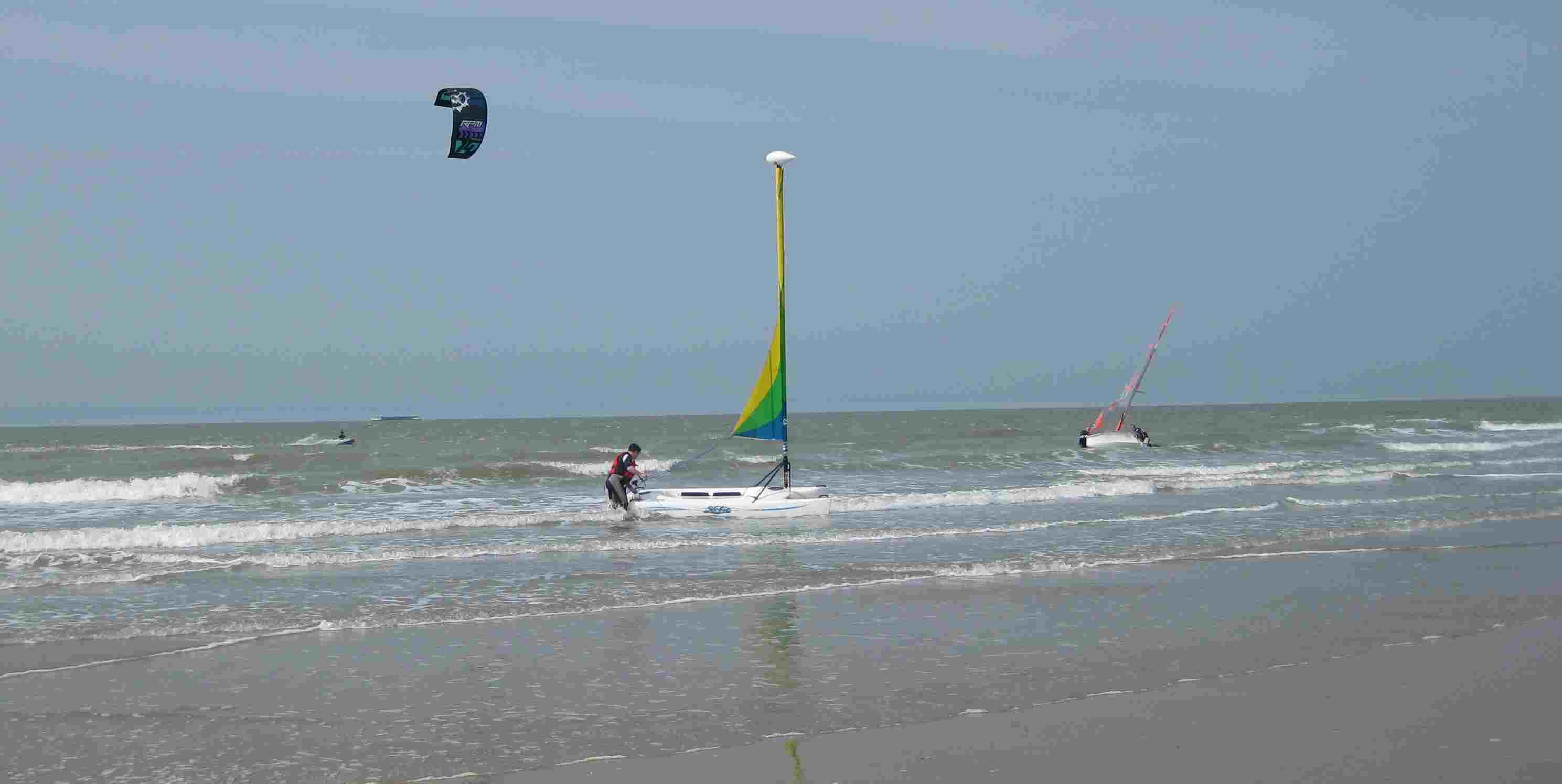 Surfer und Kitesurfer in Knokke-Heist