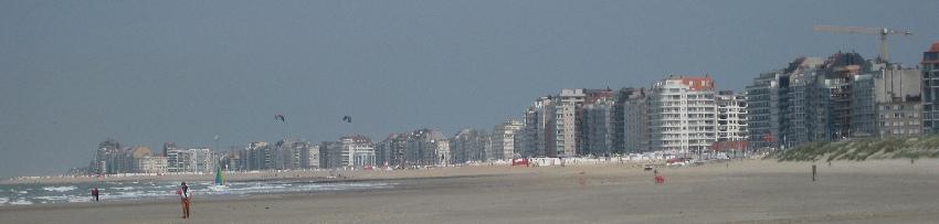 Hochhäuser an der Strandpromenade von Knokke-Heist in Belgien