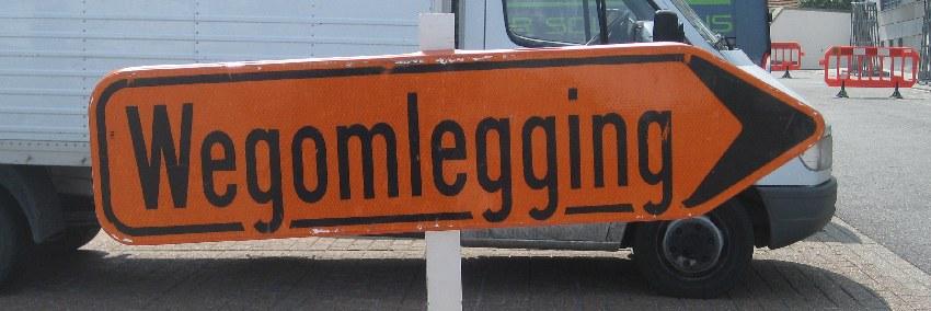 """Umleitungsschild in Belgien mit der Aufschrift """"Wegomlegging"""""""