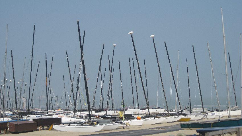 Segelboote am Hafen in Knokke-Heist in Belgien